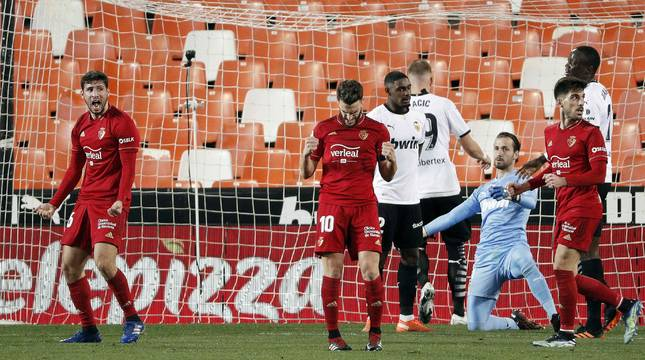 Calleri y Roberto Torres celebran el gol del argentino.