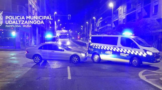 Colisiona con un vehículo de la Policía Municipal de Pamplona y cuadruplica la tasa de alcohol