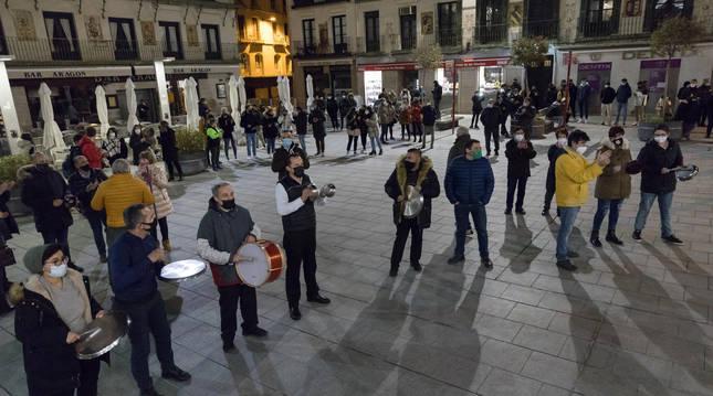 Instante de la cacerolada celebrada anoche en la plaza de los Fueros de Tudela en apoyo al sector de la hostelería.