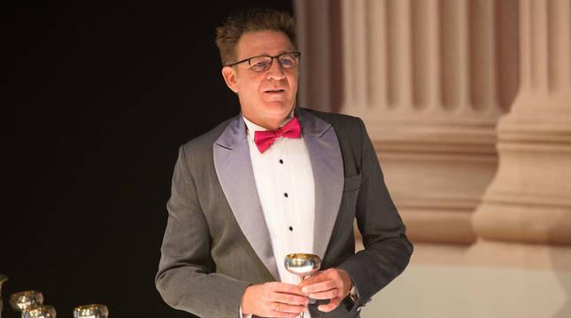 Juanjo Artero, en una escena de Un marido ideal. El montaje, estrenado en febrero de 2019, está a punto de cumplir dos años de gira.