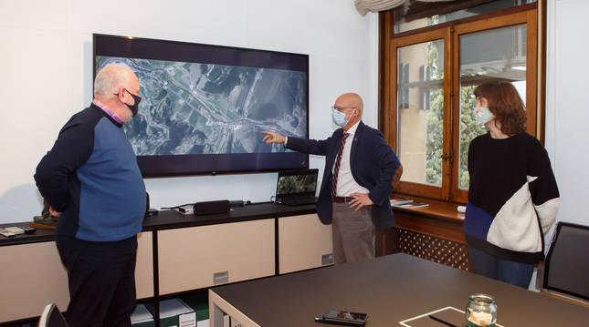 Ciriza informa al alcalde Lezáun y a la alcaldesa Lizoáin sobre la planificación de las obras del primer tramo de la N-121-A