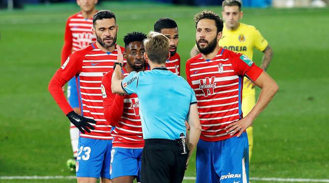 Momento en el que el colegiado Pizarro Gómez saca roja directa a Yan Eteki durante el pasado Villarreal-Granada.