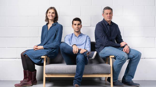 De izquierda a derecha, María Figols, Xabier Aláez y Sergio Díaz de Garayo, fundadores de Inbiot.