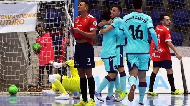 Los jugadores del Levante celebran uno de los tantos anotados contra Osasuna Magna.