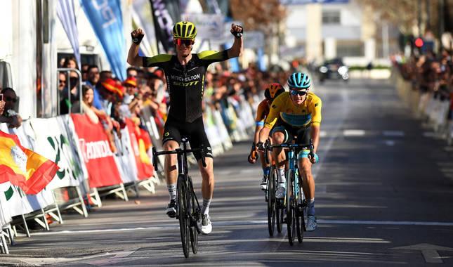 Jack Haig celebra una victoria de etapa en la 66ª Vuelta a Andalucía.