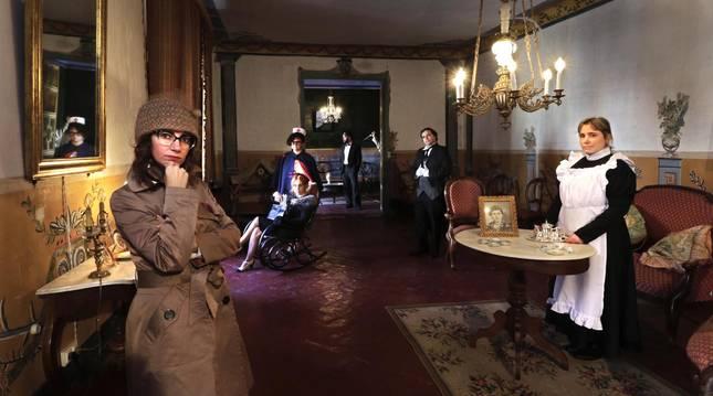 Algunos de los personajes del juego de misterio que propone la casa de los Ulibarri, ubicada en Allo, en el que hay que resolver un asesinato en un plazo de 24 horas.