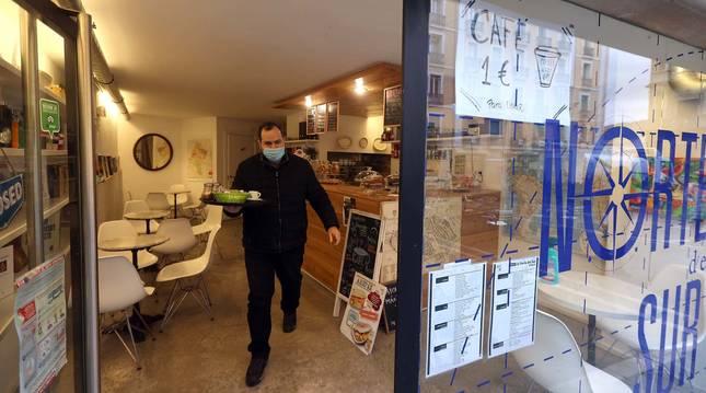 El venezolano Mikel Elguezabal, del Norte del sur, alaba la tenacidad de los clientes para bregar contra el frío fuera del local.