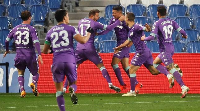 Los jugadores del Betis se abrazan a Joaquín tras lograr el tanto del empate.