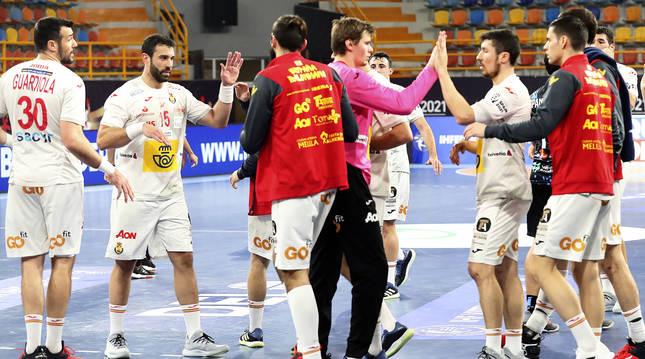 Los jugadores de España y Uruguay se saludan tras finalizar el encuentro