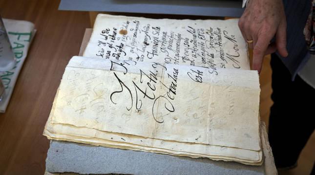 Uno de los procesos judiciales que se pueden consultar en la sala de la biblioteca del Archivo General de Navarra.