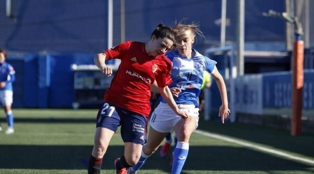 Aitana Zumárraga controla el balon bajo la presión de Natalia Fernández.