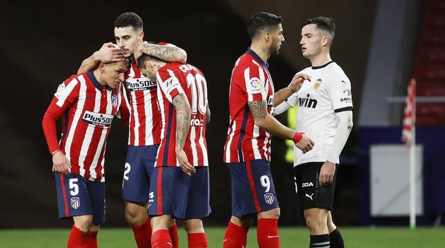Celebración de los jugadores del Atlético tras lograr la victoria contra el Valencia.