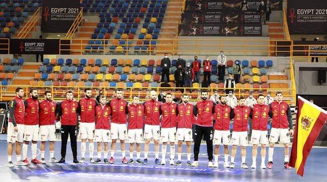 Los jugadores españoles escuchan el himno nacional antes del choque contra Uruguay.