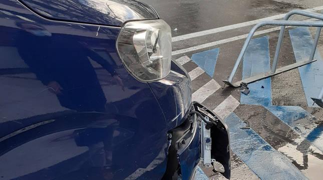 Foto de un vehículo, con un golpe lateral tras un accidente en Pamplona.