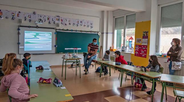 Foto de uno de los talleres realizados por Nilsa este lunes en el colegio público de Arróniz.