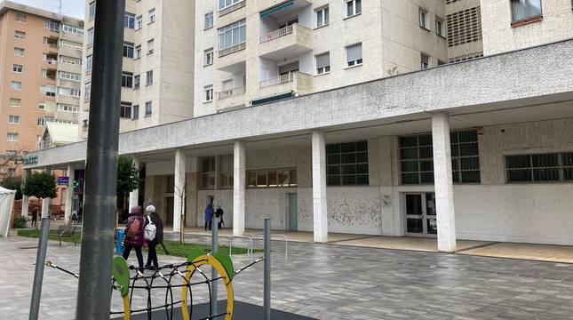 Los dos espacios que se quieren adaptar para el centro de día en Barañáin, en la avenida Comercial.