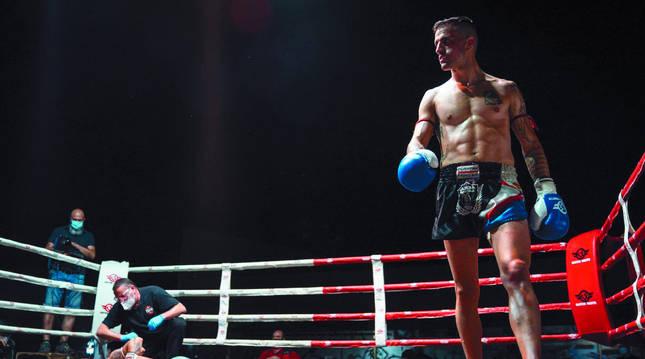 Mikel Fernández, al proclamarse vencedor en la última pelea que protagonizó en Ponferrada, el pasado mes de septiembre.
