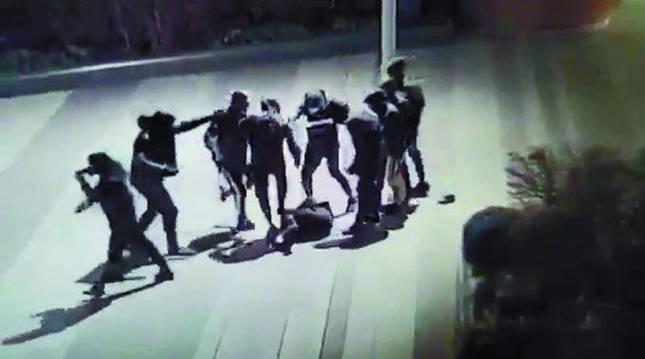 Imágenes de cámaras de seguridad en el área de Beaugrenelle recogieron la brutal agresión.