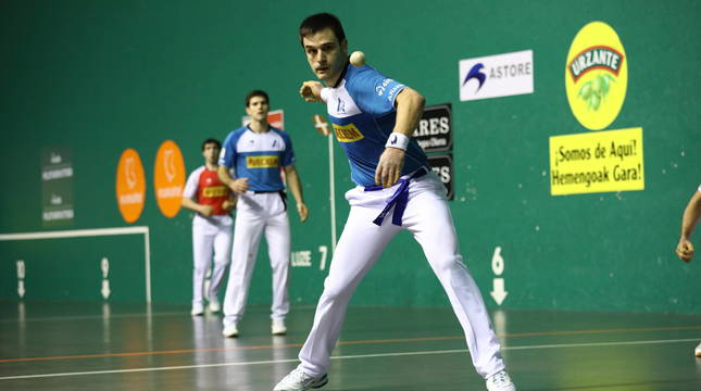 Daniel Elezkano le suelta a la pelota en presencia de José Javier Zabaleta y Aranguren en Gernika.