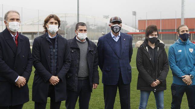 Andoni Goikoetxea, Julen Guerrero, Santi Urquiaga, José Angel Iribar, Erika Vázquez e Iker Muniain, en las instalaciones de Lezama.