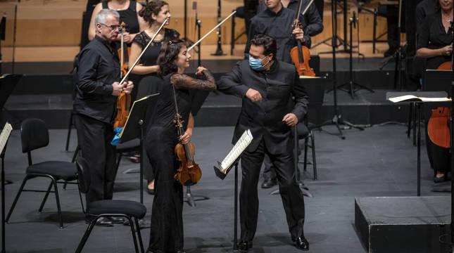 El director y la concertino de la Euskadiko Orkestra se saludan en un concierto el pasado 1 de octubre, en el Baluarte.