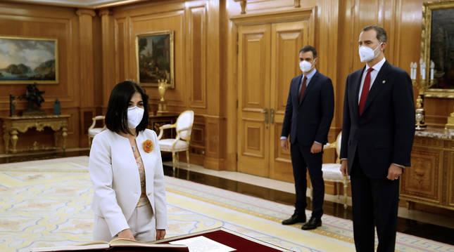 Foto de la nueva ministra de Sanidad, Carolina Darias, prometiendo el cargo ante el presidente del Gobierno, Pedro Sánchez, y el rey Felipe VI.