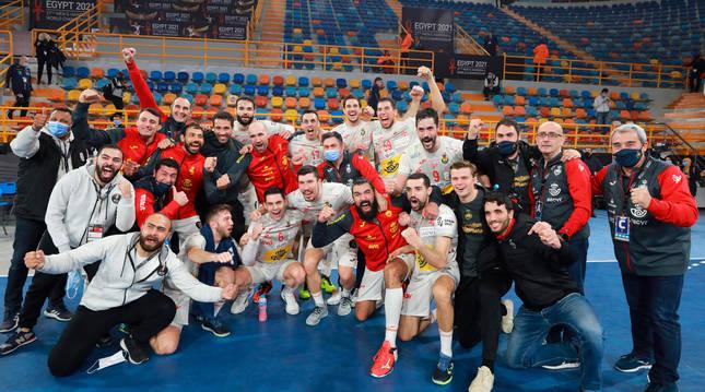 Los Hispanos celebran el pase a semifinales, con los navarros Iosu Goñi y Sergey Hernández (primero y segundo desde la derecha en la fila de abajo).