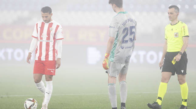 LA NIEBLA, PROTAGONISTA. Joao Carvalho, el héroe del Almería al transformar el sexto penalti, junto con el rojillo Juan Pérez. Este lanzamiento produjo la eliminación de Osasuna.