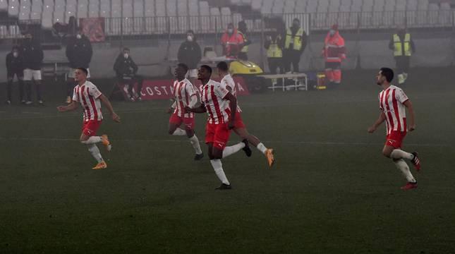 Los jugadores del Almería celebran el pase a cuartos de final de la Copa.