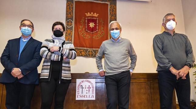 Desde la izquierda, Román Felones Morrás, Asun Jover Armañanzas, Maxi Ruiz de Larramendi Ripa y Joaquín León Santiago, parte de la junta directiva en la casa de cultura de Estella.