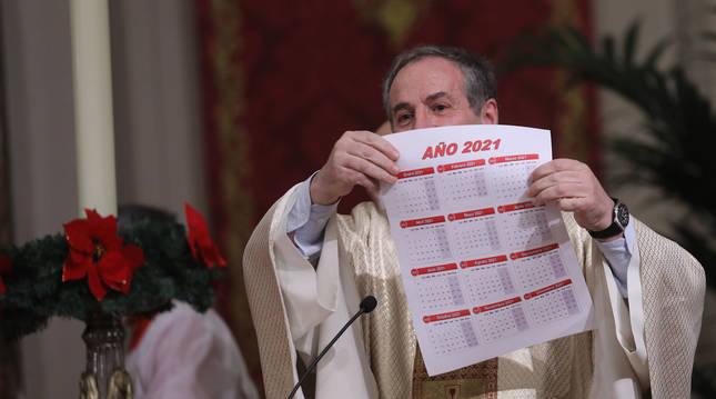 El párroco Javier Leoz, con un calendario de 2021.
