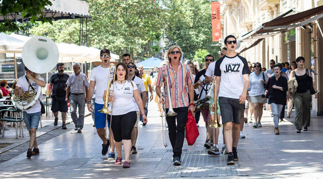 Los integrantes de la Iruña Jazz Band Brass, cuando tocaron con Craig Klein por las calles de Vitoria en el festival de jazz de 2019.