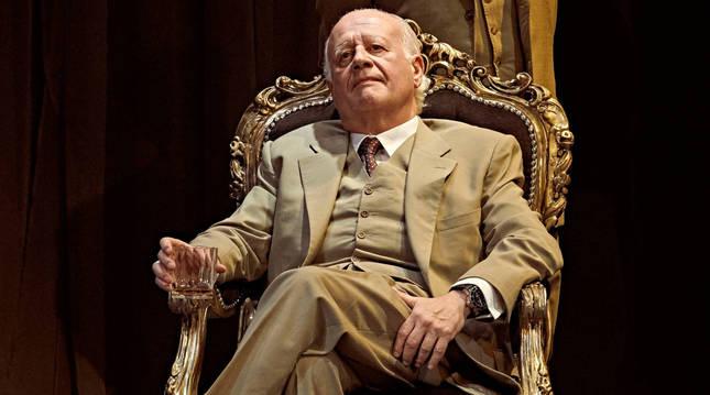 Juan Echanove, sentado en el papel de Leónidas Trujillo, en escena junto a Gabriel Garbisu.