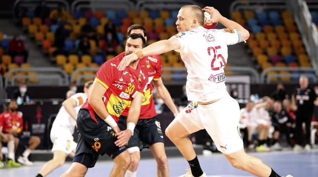 Toft Olsen tira a puerta en la derrota de España frente a Dinamarca en la semifinal.