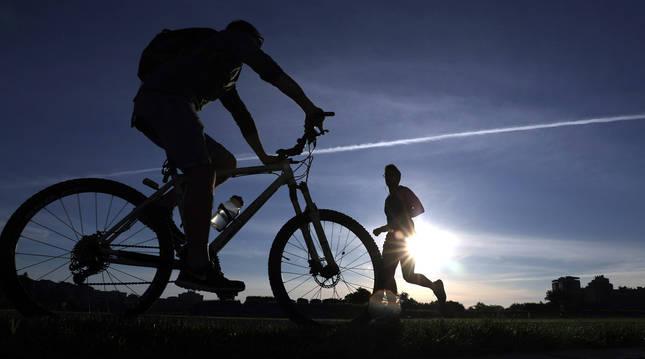 Conviene practicar ejercicio físico media hora al día, aprovechando todo lo posible el aire libre.