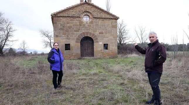 Miren Fernández Ripa y Alfonso Etxarte Sánchez, vecinos de Gabarderal (concejo de Sangüesa), ante la ermita de la Virgen del Camino.