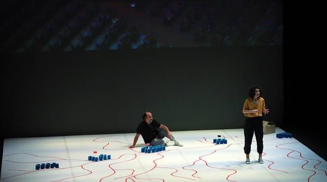 Foto de Txalo Toloza-Fernández y Laida Azkona, el viernes, sobre el escenario del Teatro Gayarre.