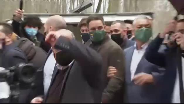 Un grupo antifascista recibe en Girona a Abascal y a Garriga