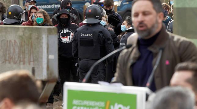 Agentes controlan a un grupo antifascista mientras Abascal interviene en un acto electoral celebrado este sábado en el parque de la Dehesa de Girona.