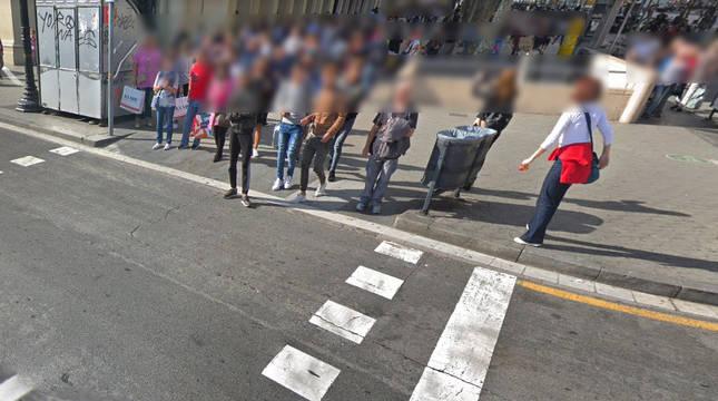 Paso de cebra en la Plaza Cataluña de Barcelona.