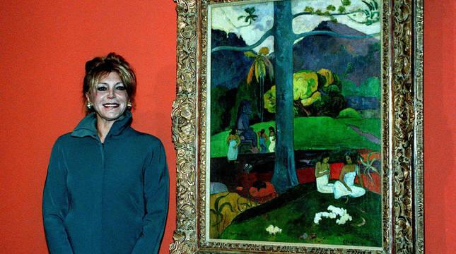 La baronesa Carmen Cervera posa ante el cuadro de Paul Gaugin 'Mata Mua', durante la inauguración de una exposición en el museo Carmen Thyssen-Bornemisza en 1999.
