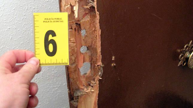 Puerta reventada en Estella para robar.