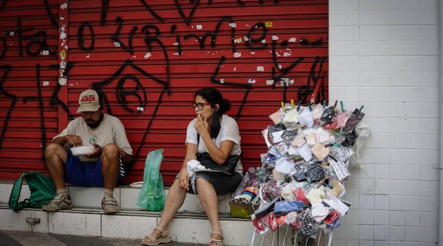 Foto de dos vendedores, en las calles de Sao Paulo (Brasil).