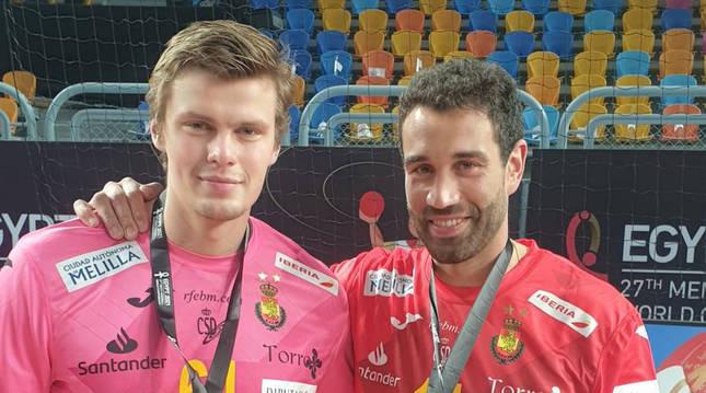 Foto de Iosu Goñi y Sergey Hernández, jugadores navarros con la selección española de balonmano en el Mundial de Egipto 2021.