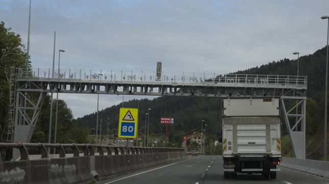 Foto de un camión pasando por debajo del arco instalado en Etxegarate por Guipúzcoa para cobro de peaje.