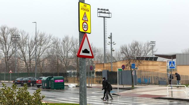 Foto de una de la señales a 20 kilómetros hora en la avenida Unión Europea de Sarriguren.