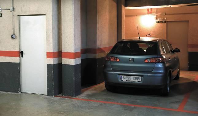 Imagen de un vehículo aparcado en un garaje comunitario ajeno al caso de la sentencia.