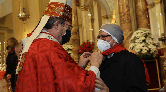 Foto dell arzobispo colocando el pañuelo a Mª Dolores Ponte, superiora de las Hermanitas de los Pobres de Pamplona.
