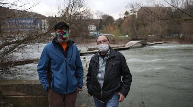 Foto de Iosu Mijika y Ramón Q., vecinos afectados por la presencia de ratas junto al río.