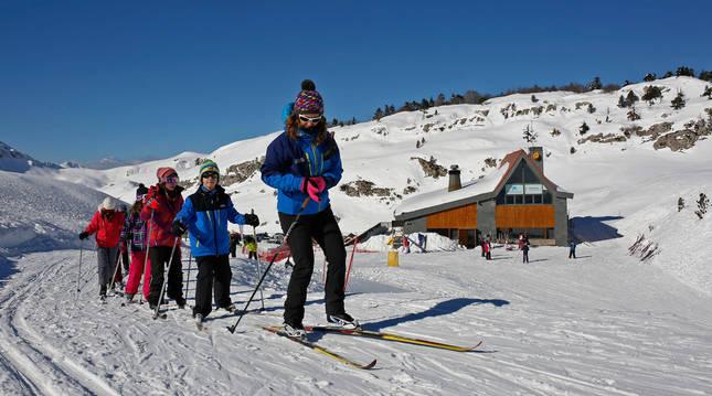 Foto de escolares en una clase de esquí en la Semana Blanca de 2017 en El Ferial (Larra-Belagua).